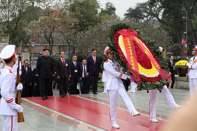 [ẢNH] Chủ tịch Triều Tiên Kim Jong-un vào lăng viếng Chủ tịch Hồ Chí Minh - 4