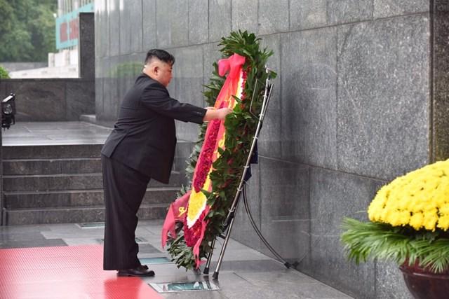 [ẢNH] Chủ tịch Triều Tiên Kim Jong-un vào lăng viếng Chủ tịch Hồ Chí Minh - 2