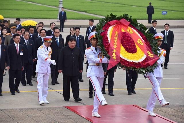[ẢNH] Chủ tịch Triều Tiên Kim Jong-un vào lăng viếng Chủ tịch Hồ Chí Minh