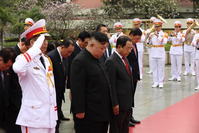 [ẢNH] Chủ tịch Triều Tiên Kim Jong-un vào lăng viếng Chủ tịch Hồ Chí Minh - 7