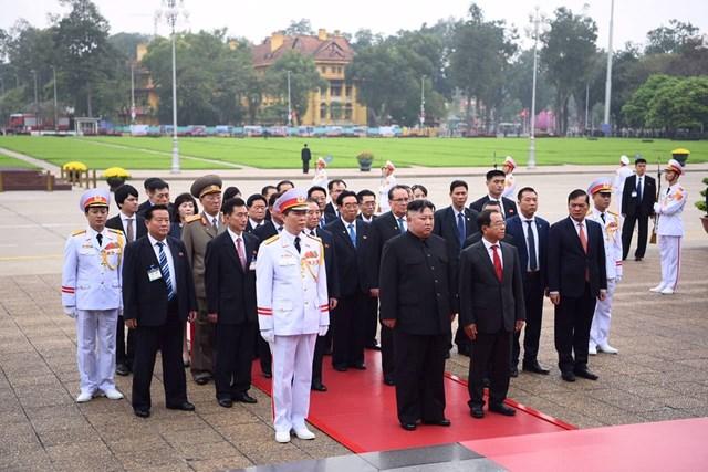 [ẢNH] Chủ tịch Triều Tiên Kim Jong-un vào lăng viếng Chủ tịch Hồ Chí Minh - 1