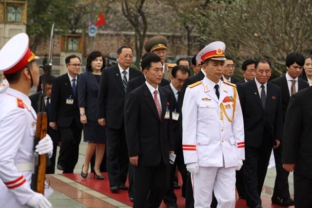 [ẢNH] Chủ tịch Triều Tiên Kim Jong-un vào lăng viếng Chủ tịch Hồ Chí Minh - 5