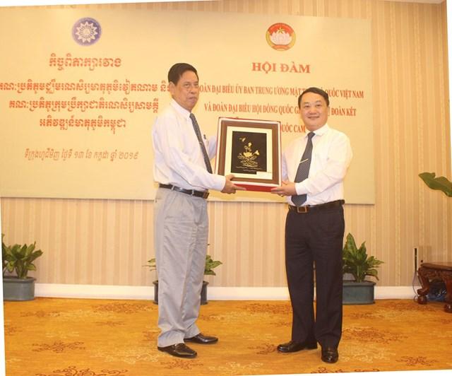 Tô thắm tình hữu nghị Việt Nam - Campuchia - 3