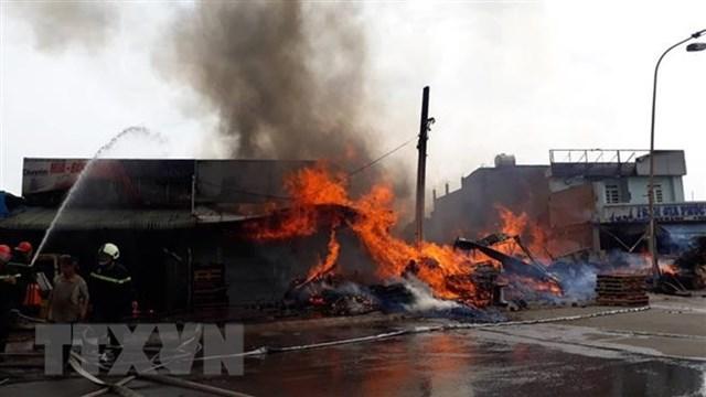 Cháy lớn tại xưởng gỗ ở Đồng Nai, nhiều nhà dân phải đi dời