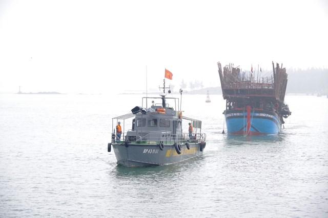 Một tàu câu mực chìm trên vùng biển Trường Sa
