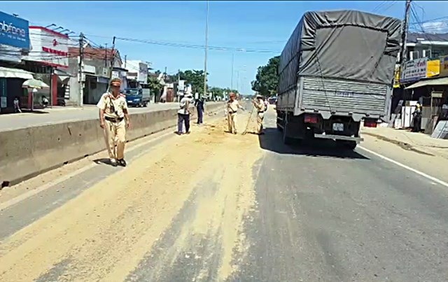 CSGT tỉnh Quảng Nam thu gom đất rơi vãi trên quốc lộ 1A