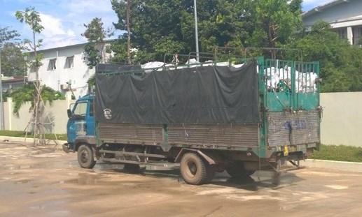 Bắt quả tang vụ đổ chất thải công nghiệp trong khu dân cư