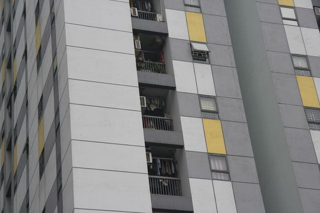 Vụ bé trai rơi từ chung cư Linh Đàm: Nhiều hộ dân chưa lắp chấn song cửa - 2
