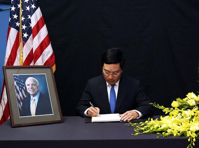 Phó Thủ tướng Phạm Bình Minh viếng Thượng nghị sĩ John McCain