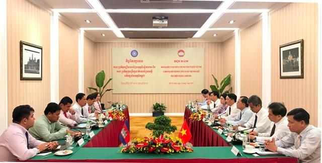Tô thắm tình hữu nghị Việt Nam - Campuchia - 2