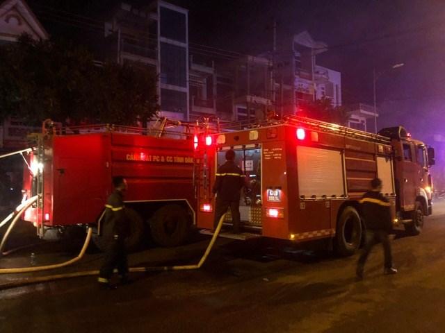 Gần 45 ki-ốt chợ huyện Ea Kar bị thiêu rụi trong đêm - 1