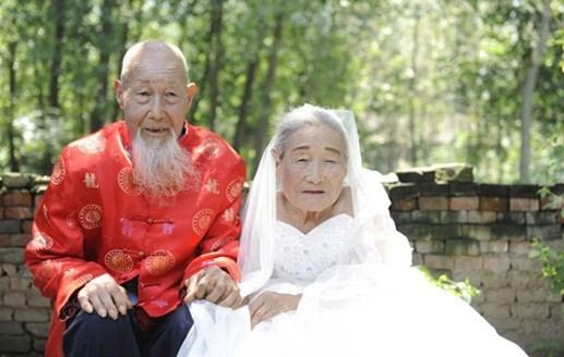 Cặp vợ chồng trăm tuổi lần đầu chụp ảnh cưới