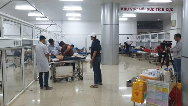 Đắk Lắk: Lật xe trong đêm 1 người tử vong, hàng chục hành khách bị thương - 2