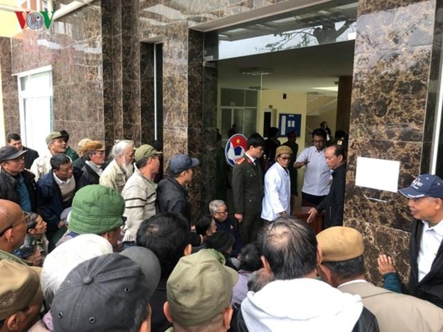 Người hâm mộ lại trèo tường đòi vé gây náo loạn trụ sở VFF - 1
