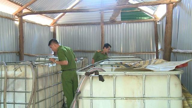 Hà Tĩnh: Bắt quả tang cơ sở tái chế dầu nhớt lậu - 1
