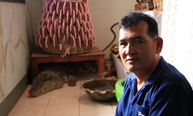 Ngỡ ngàng người đàn ông sống với cá sấu trong suốt 20 năm - 1