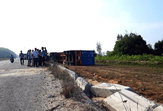 Mất lái, xe container tông dải phân cách lật nghiêng sang bên đường