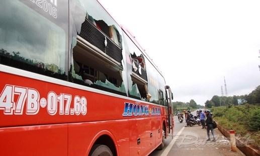 Hai xe khách tông nhau, 15 hành khách vào viện - 1