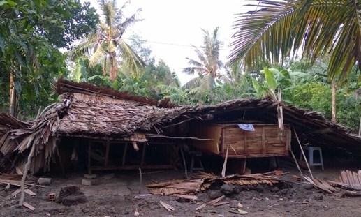 Hỗ trợ dân bị giông 'kéo đổ' nhà tại huyện Gò Quao