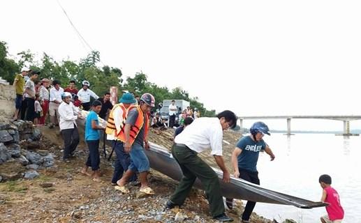 Kiều bào tặng thuyền và áo phao cho dân vùng lũ - 2