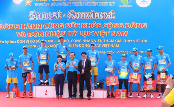Giải việt dã Sanest quyên góp ủng hộ người nghèo