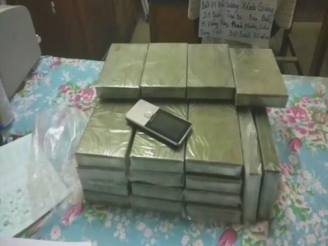 Bắt giữ đối tượng người Lào vận chuyển 30 bánh heroin - 1