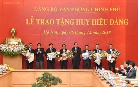 Phó Thủ tướng Thường trực Trương Hòa Bình nhận Huy hiệu 45 năm tuổi Đảng - 2
