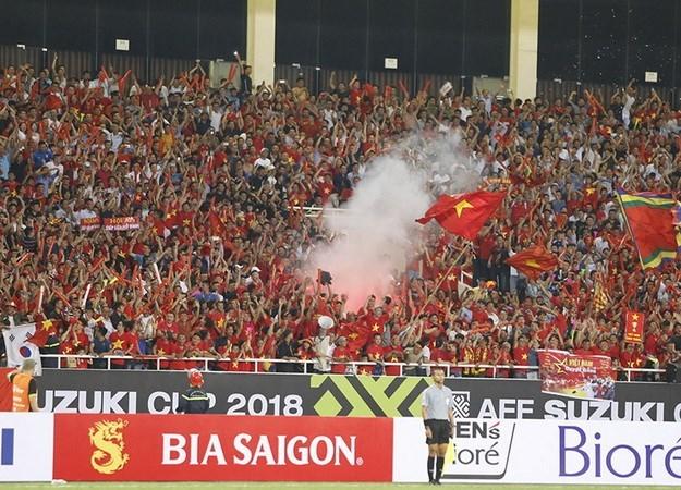 Việt Nam có nguy cơ phải đá sân trung lập vì CĐV đốt pháo sáng
