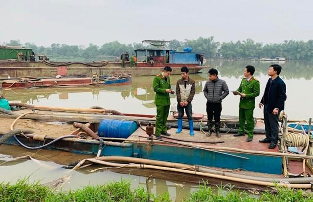 Thanh Hoá: Bắt hai tàu hút trộm cát trên sông Mã