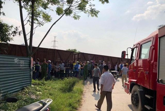 Ô tô bị tàu hỏa đâm trúng, 5 người bị thương - 1