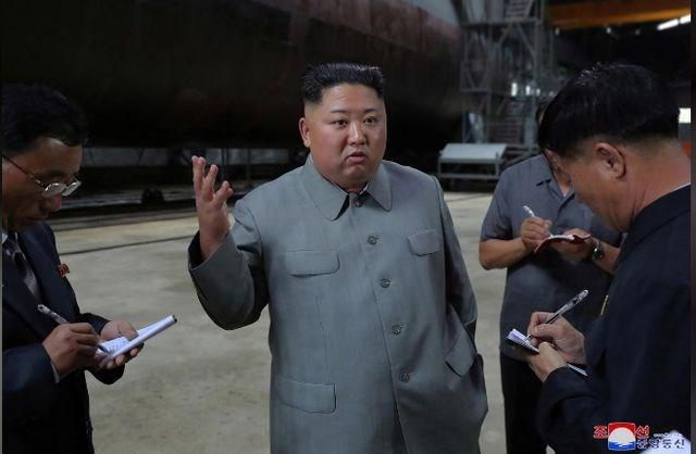Ông Kim Jong-un thị sát tàu ngầm mới, chú ý tới các hệ thống vũ khí