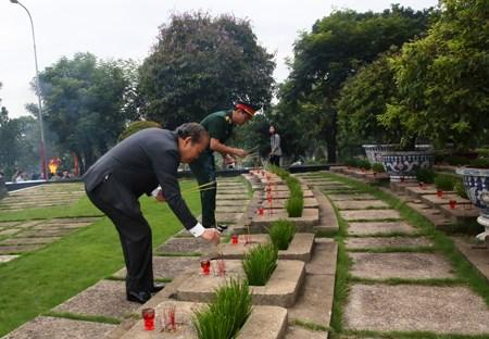 Phó Thủ tướng Thường trực dâng hương tưởng nhớ các anh hùng liệt sĩ - 2
