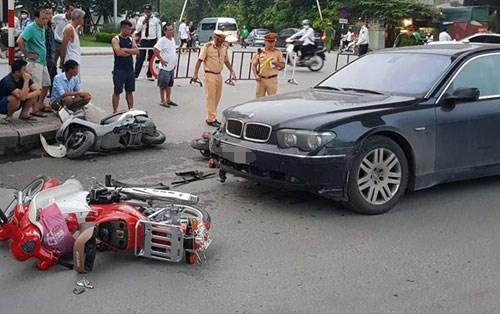 Nữ tài xế BMW đâm liên hoàn khiến hai cháu bé nhập viện - 1