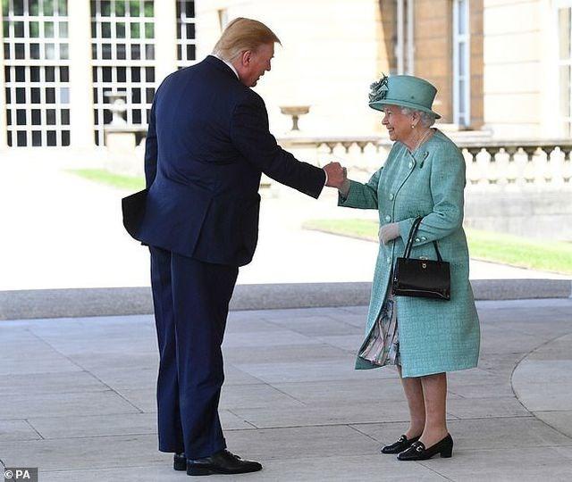 Hành động gây tranh cãi của Tổng thống Trump khi gặp Nữ hoàng Anh - 1