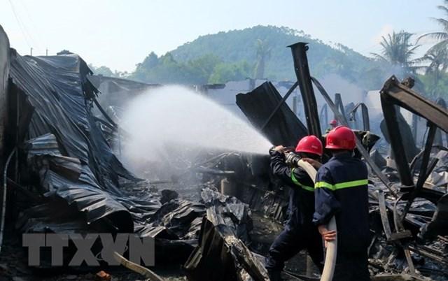 Cháy lớn thiêu rụi tài sản xưởng sản xuất bàn ghế nhựa