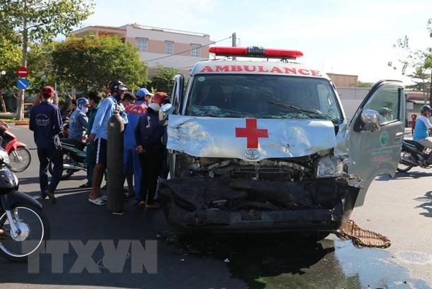 Vượt đèn đỏ, xe cứu thương đâm ôtô bán tải khiến 3 người bị thương