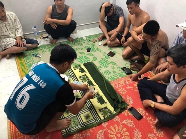 Quảng Ngãi: Bắt quả tang 4 cán bộ huyện chơi xóc đĩa