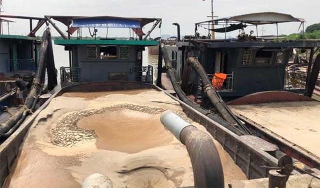 Cảnh sát mật phục bắt 3 tàu cát tặc trong đêm