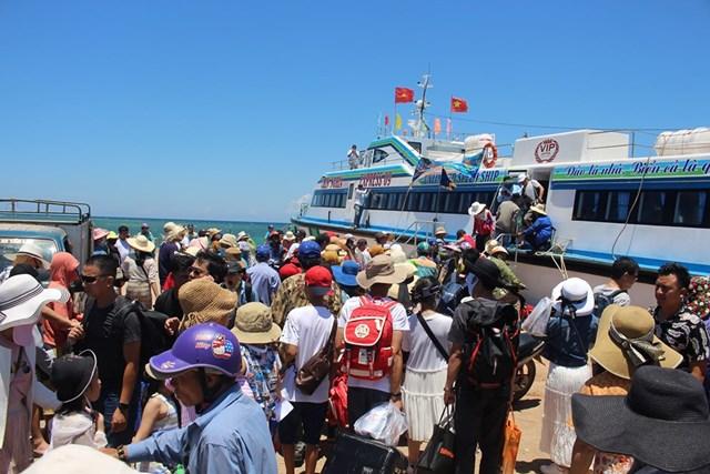 Chấn chỉnh tình trạng chèo kéo, đeo bám du khách ở đảo Lý Sơn