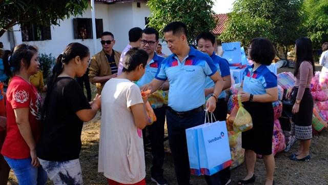 VietinBank Lào chia sẻ vì người nghèo