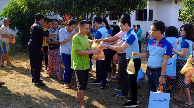 VietinBank Lào chia sẻ vì người nghèo - 1