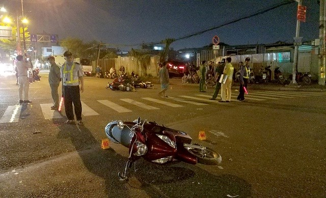 TP HCM: Ô tô tông hàng loạt xe máy, 5 người bị thương