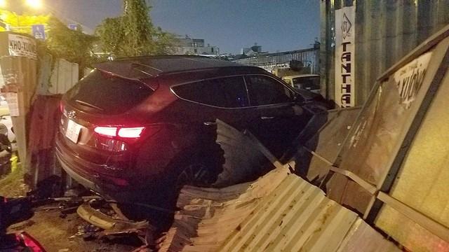 TP HCM: Ô tô tông hàng loạt xe máy, 5 người bị thương - 1