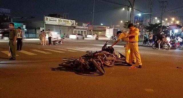 TP HCM: Ô tô tông hàng loạt xe máy, 5 người bị thương - 2