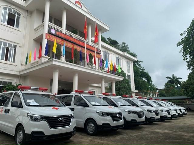 Ủy ban MTTQ tỉnh Hòa Bình trao xe cho Trung tâm Y tế các huyện trong công tác phòng, chống dịch Covid-19.