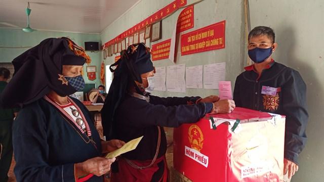 Cử tri xã Tây Phong, huyện Cao Phong tham gia bầu cử.