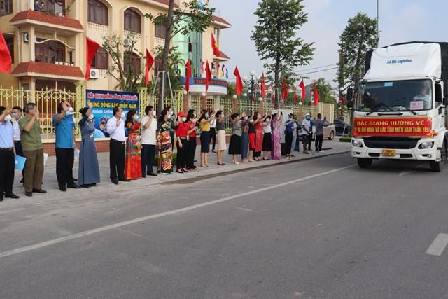 Sáng nay gần 200 tấn hàng của tỉnh Bắc Giang đã chuyển vào các tỉnh phía Nam.