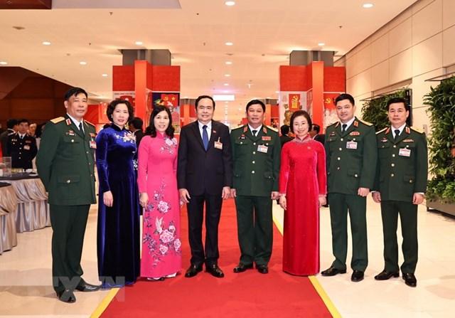 Bí thư Trung ương Đảng, Chủ tịch UBTƯ MTTQ Việt Nam Trần Thanh Mẫn và các đại biểu chụp ảnh chung trước giờ khai mạc phiên họp trù bị. (Ảnh: TTXVN).
