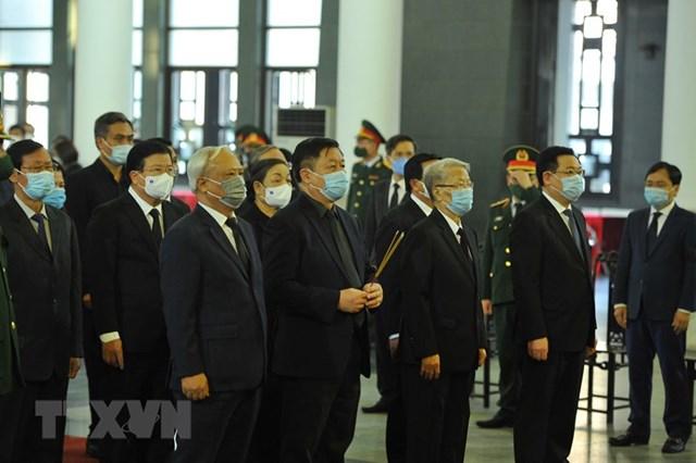 Các lãnh đạo, nguyên lãnh đạo Đảng và Nhà nước vào viếng nguyên Phó Thủ tướng Trương Vĩnh Trọng. (Ảnh: Minh Đức/TTXVN).