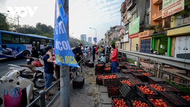 Người Hà Nội mua nông sản Hải Dương nhằm hỗ trợ nông dân tỉnh này. Ảnh: VOV.